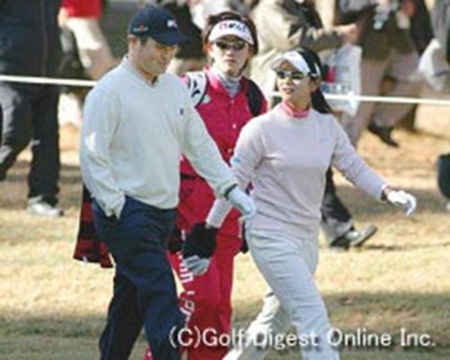 ファーストラウンドで一緒にラウンドしたJGTO選手会長の横田真一と、宮里藍。1打差で宮里藍が勝利した