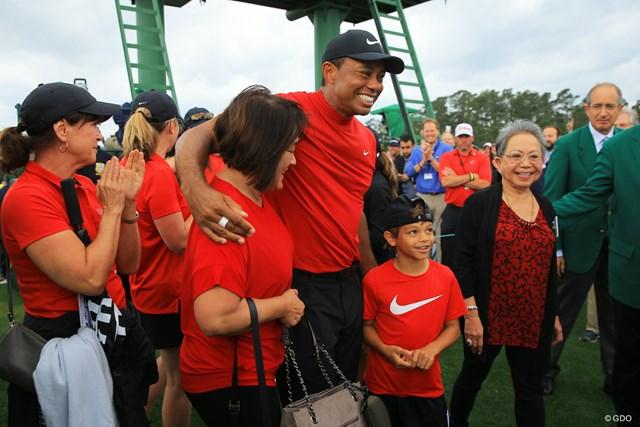 優勝した直後、家族や関係者と喜びを分かち合った。右手前が長男のチャーリーくん