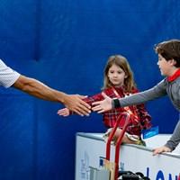 ありがとう! ダスティン・ジョンソンは列の最後にいる子どもたちまでタッチをしていた 2019年 RBCヘリテージ 3日目 RBCヘリテージ キッズスナップ