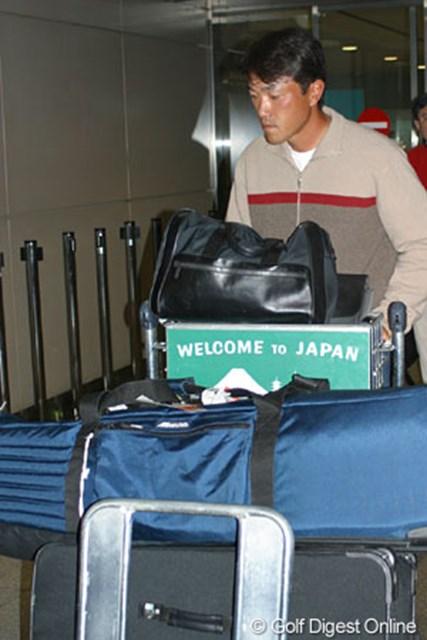 自分の荷物(ゴルフバッグ)も全て自分で駐車場まで運んでいく。そんな姿勢も佐藤ならでは。