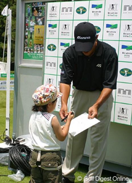 トーナメント会場では、小さな子供からサインをお願いされ思わず足を止める。