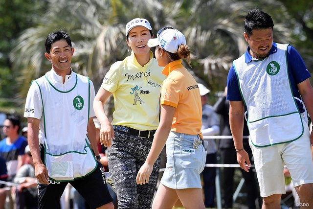 貫禄の勝ちっぷりで、ツアー通算23勝目を飾った李知姫(左から2人目)