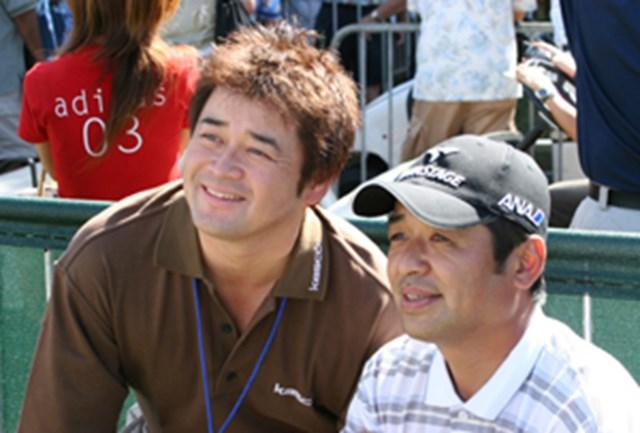 新選手会長の横田真一(左)は、米ツアー第2戦「ソニー・オープン」の現地に飛びテレビリポーターをつとめた。ハワイでは2002年選手会長の伊沢利光(右)にも就任のあいさつ。「がんばって」と激励を受けた。