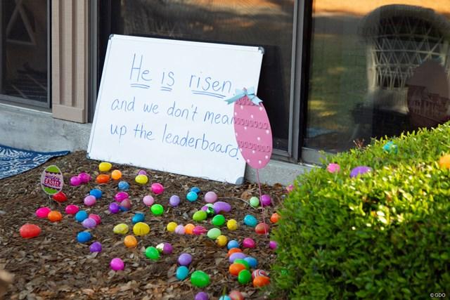 家の前にはたくさんの卵が