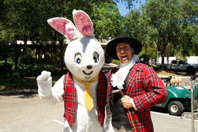 きょうはイースター! ウサギのキャラクターとヘリテージの衣装の男性が