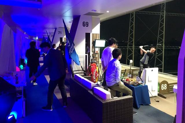 日本初導入のトップトレーサー・レンジをお披露目 ゴルフ練習場にパーティー空間も ゲストらは普段とは異なる練習場の雰囲気の中、バーチャルラウンドを楽しんだ
