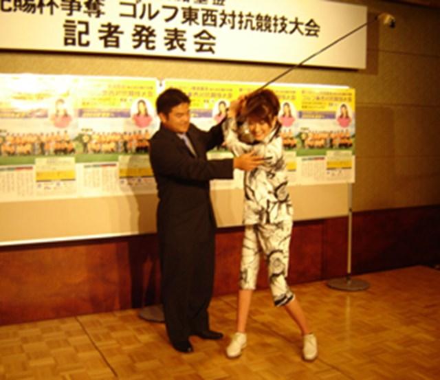 2005年 プレーヤーズラウンジ 宮里聖志 記者会見の場で憧れの人気女優、山田優さんに即席レッスンをする宮里聖志。今年こそは「藍ちゃんのお兄ちゃん」ではなく「宮里聖志」として勝負する!