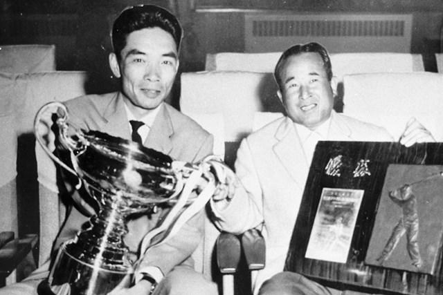 記念すべき初代優勝者に名前を刻んだ中村寅吉(右) ※写真提供:大会事務局