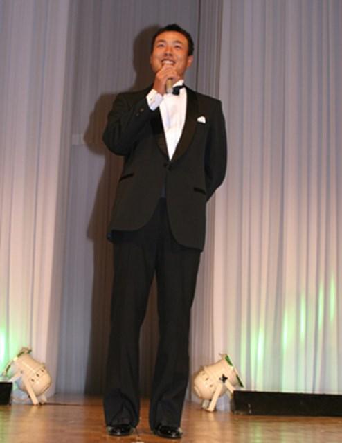2005年 プレーヤーズラウンジ 谷口拓也 昨年は、各種の新人賞を受賞した谷口。着慣れないタキシードを着る機会も増えて、「まるで、チビッ子演歌歌手みたいでしょ?!」。いつも明るいキャラクターで、ツアーを引っ張っていく。