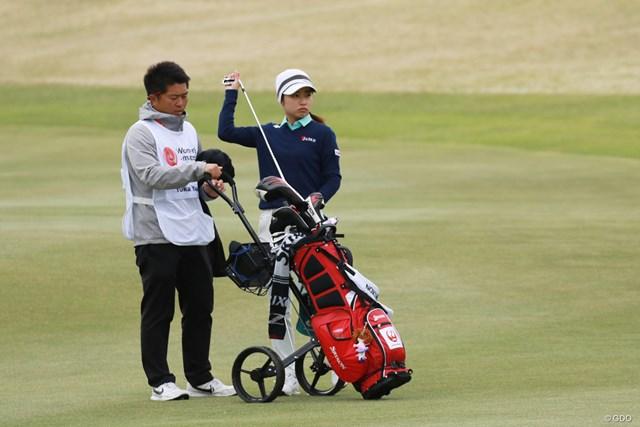 母国でのアジア女子アマ制覇に向け、2打差の首位に浮上した安田祐香(右)