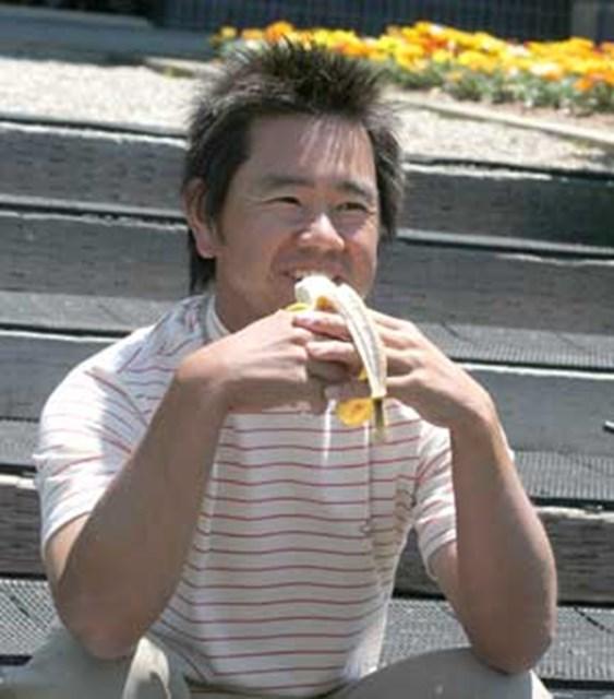 """2005年 プレーヤーズラウンジ 藤田寛之 藤田はプロアマトーナメントのインターバルでバナナをパクリ。ラウンド中の""""非常食""""は欠かせない。"""