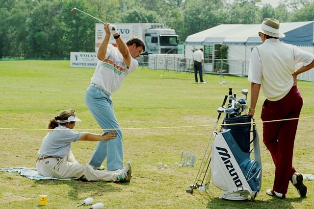 1989年当時のニック・ファルドの練習風景。ミズノ製のメタルウッドを所持(Peter Dazeley/Getty Images)