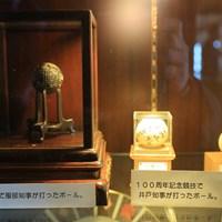 1903年の開場時に始球式で使われたボール。当時は樹液を固めて作ったガッタパーチャだった 神戸ゴルフ倶楽部 始球式のボール