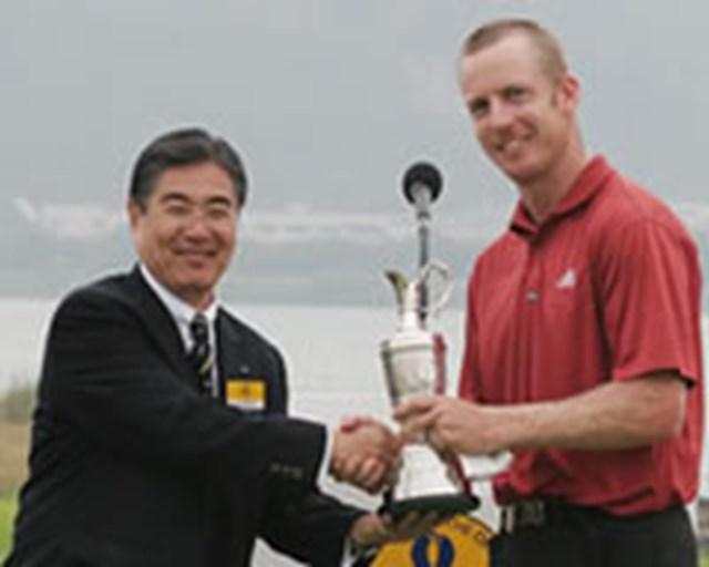 ツアー初優勝を飾り、今大会会長の水野正人氏とがっちり握手するクリス・キャンベル。