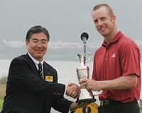 ツアー初優勝を飾り、今大会会長の水野正人氏とがっちり握手するクリス・キャンベル。 2005年 プレーヤーズラウンジ クリス・キャンベル