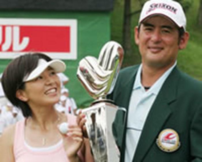 高橋竜彦が悲願の初優勝を達成。ウイニングボールを妻・牛渡葉月プロへの誕生日プレゼントとして贈った 2005年 プレーヤーズラウンジ 高橋竜彦