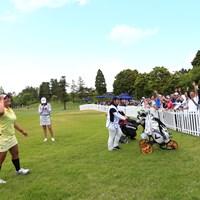 ギャラリーにボールサービス 2019年 パナソニックオープンレディースゴルフトーナメント 2日目 鈴木愛