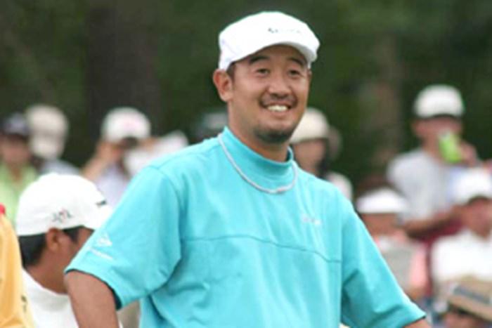 """お気に入りのハンチング帽を被り「""""職人ゴルファー""""っぽくていいでしょ?」とご機嫌の田島創志 2005年 プレーヤーズラウンジ 田島創志"""