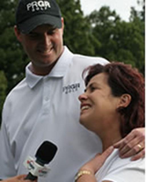 妻・シェリーさんと一緒にインタビューに答えるデビッド・スメイル