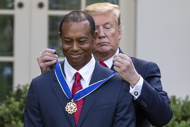 タイガー・ウッズ ドナルド・トランプ米大統領 ウッズはトランプ米大統領から自由勲章のメダルを受け取った(Alex-Edelman-Bloomberg-via-Getty-Images)