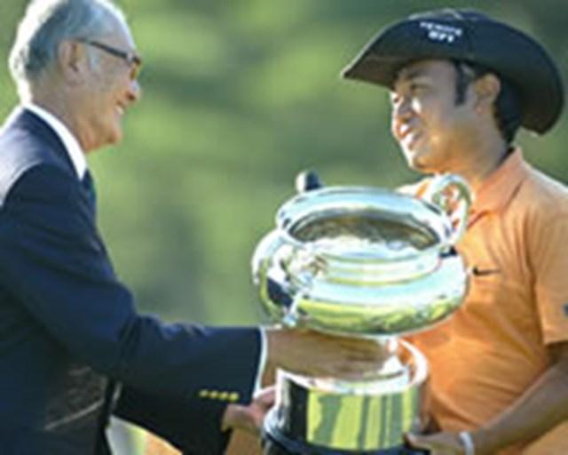 2005年 プレーヤーズラウンジ 片山晋呉 財団法人 日本ゴルフ協会の安西孝之会長から受け取ったオープン杯。 錚々たる歴代チャンピオンと並び、ここに片山の名前も刻まれる。