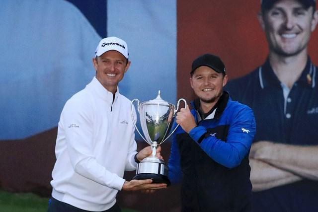 昨年大会では優勝したエディ・ペパレル(右)がジャスティン・ローズ(左)に祝福された(Andrew Redington/Getty Images)