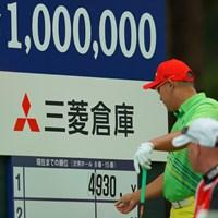 ドライビングディスタンスの看板で遊ばないように。しかも。4930yって。 2019年 アジアパシフィックオープン選手権ダイヤモンドカップゴルフ 初日 アンジェロ・キュー