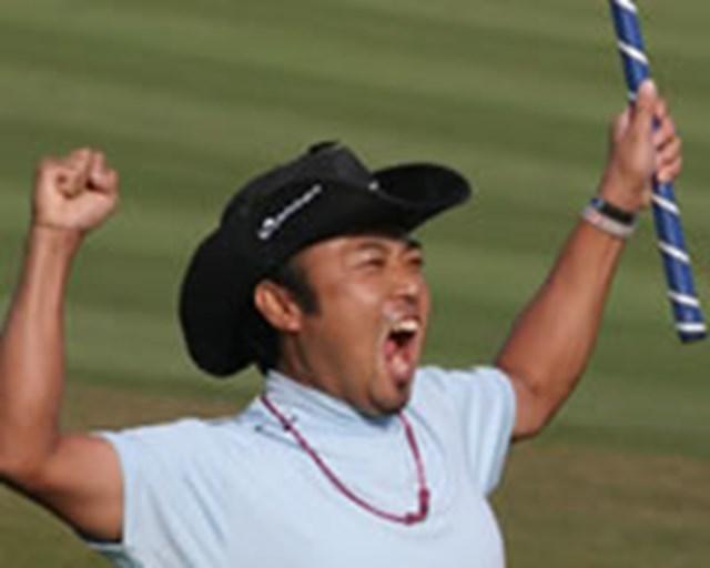 2005年 プレーヤーズラウンジ 片山晋呉 最後のイーグルパットを流し込みガッツポーズする片山晋呉