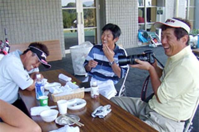 2005年 プレーヤーズラウンジ 加瀬秀樹 「昔、カメラにハマった時期があったんだよな・・・」と談笑しながら被写体を探す加瀬秀樹(写真・右)
