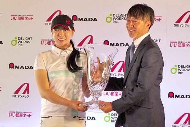 優勝トロフィーを受け取ったキム・チャンミ