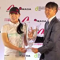 優勝トロフィーを受け取ったキム・チャンミ 2019年 ディライトワークス女子マッチプレー選手権 最終日 キム・チャンミ