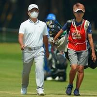 マスク姿でコースを歩く時松隆光。キャップのデザインは割と派手なんですが… 2019年 アジアパシフィックオープン選手権ダイヤモンドカップゴルフ 3日目 時松隆光