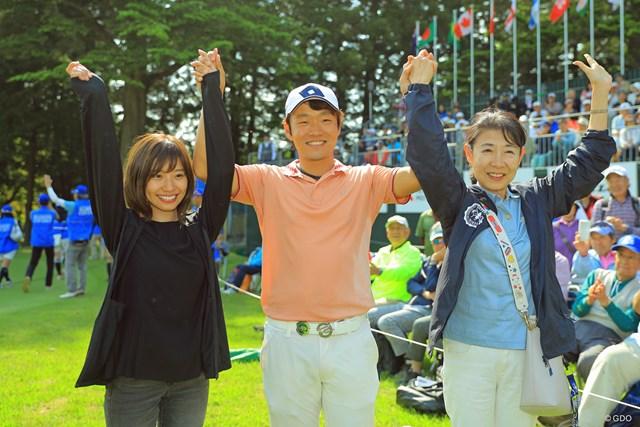 2019年 アジアパシフィックオープン選手権ダイヤモンドカップゴルフ 最終日 浅地洋佑 浅地洋佑は妻の智子さん(左)、母・伸子さんとツアー初勝利を喜んだ