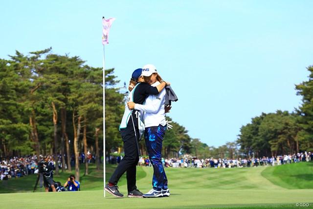 渋野日向子は初優勝を決めて涙を流した