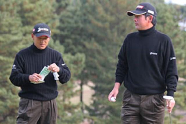 2005年 プレーヤーズラウンジ 細川和彦 高橋竜彦 コーディネイトがかぶってしまった細川和彦(左)と高橋竜彦(右)。なんとなく、気まずい雰囲気?!