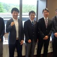 市原(左から2人目)は連覇へ向け拳を握る(右端は中嶋常幸) 2019年 日本ツアー選手権 森ビル杯 Shishido Hills 事前