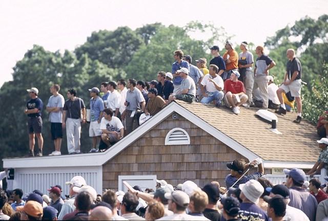 主役の一人だったミケルソン。屋根にのぼる観客まで…(Fred Vuich/Sports Illustrated/Getty Images)