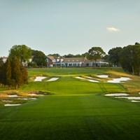 最終18番は第1打で打ち下ろし、第2打で打ち上げる(Gary Kellner/PGA of America/Getty-Images) 2019年 全米プロゴルフ選手権 事前 ベスページ州立公園ブラックコース18番