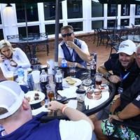 練習ラウンド終了後、クラブハウス裏のパティオで仲間と2時間近く夕食を楽しんだ 2019年 全米プロゴルフ選手権 事前 ジョン・デーリー