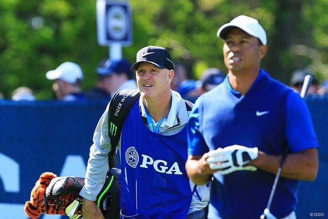 ラカバ氏(左)は2011年からウッズのバッグを担ぐ