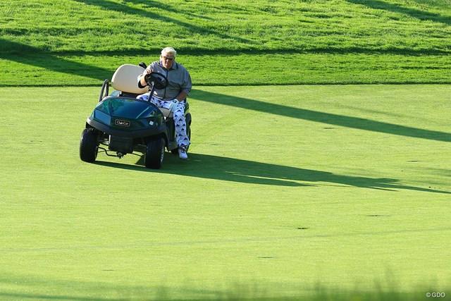 見かけはルール委員か、はたまたゴルフコースのギャングスター?