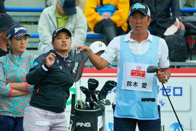 鈴木愛(中央)は今週初めて清水重憲キャディ(右)とタッグを組む