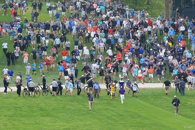 2019年 全米プロゴルフ選手権 最終日 最終組 最終ホールのフェアウェイへ歩き出すと、大ギャラリーもついてきた(もちろんセキュリティに制止されました)