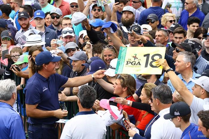 試合後のサイン会は本当にいつまで続けるのだろうとこちらが心配するほど長い 2019年 全米プロゴルフ選手権 最終日 フィル・ミケルソン