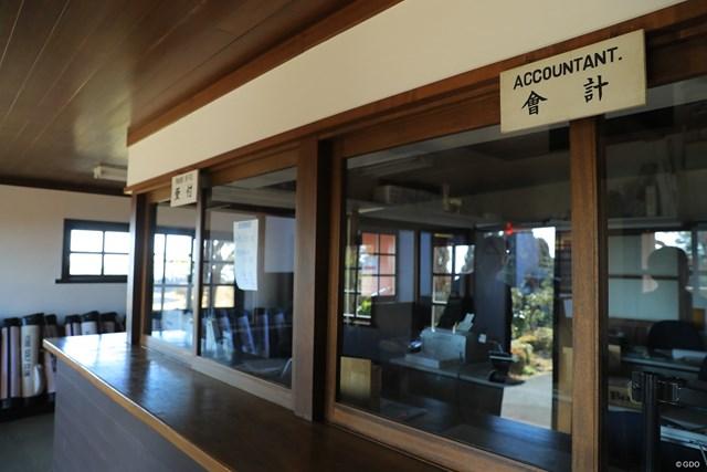 神戸ゴルフ倶楽部の受け付けと会計所。少し前までは、そろばんを使っていたとか