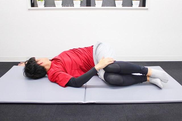 膝を地面から離さないように腕を動かします