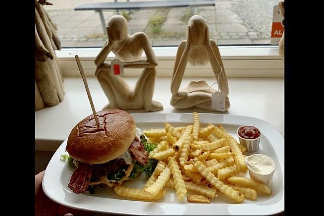 デンマークで食べたハンバーガー。不思議でかわいいオブジェが