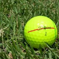 赤ラインが入った藤田寛之のイエローボール 2019年 関西オープンゴルフ選手権競技  初日 藤田寛之のボール