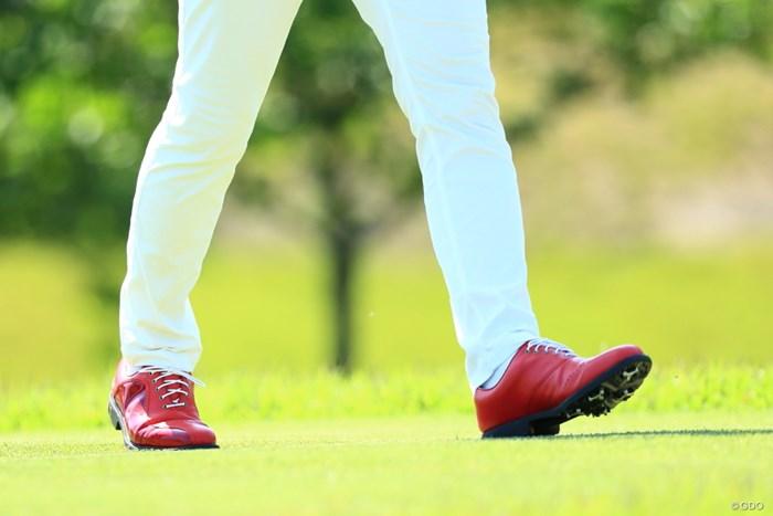 赤い靴は~いてた上井ちゃん、かっこいい靴だね 2019年 関西オープンゴルフ選手権競技 初日 上井邦裕