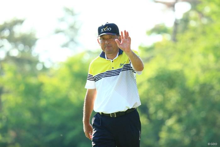 「70」で大会最後のラウンドを締めた中嶋常幸。手を振って最終グリーンを降りた 2019年 関西オープンゴルフ選手権競技  2日目 中嶋常幸